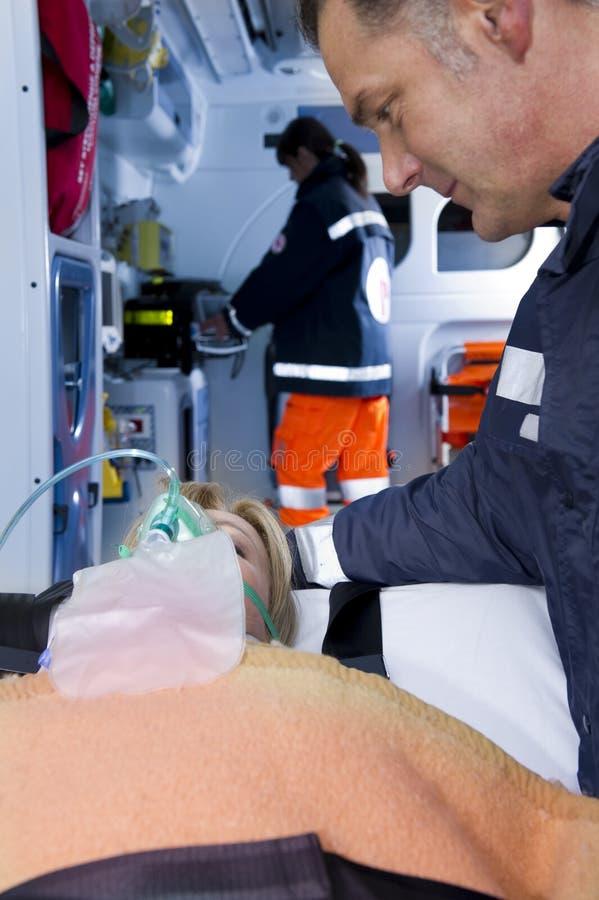 patient person med paramedicinsk utbildning royaltyfri fotografi