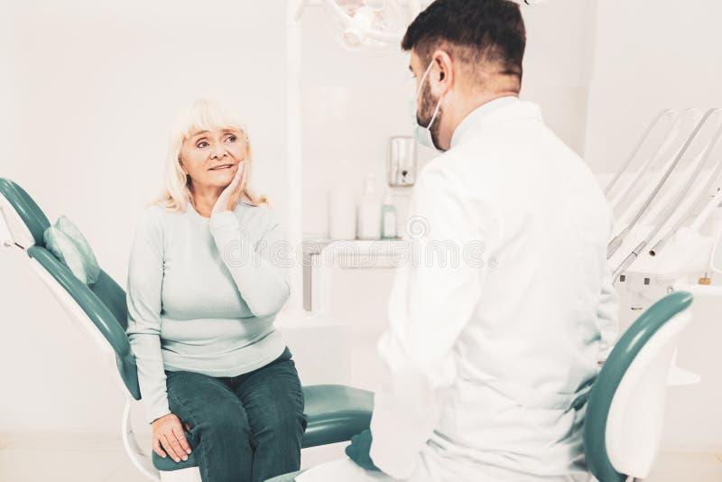 Patient plus âgé communiquant avec le docteur personnel photo stock