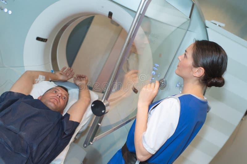 Patient préparez pour le scanner de ct dans l'hôpital image stock