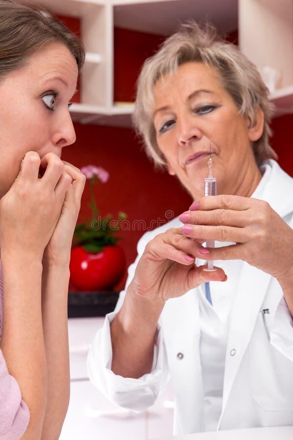 Patient présentant la phobie d'aiguille images stock