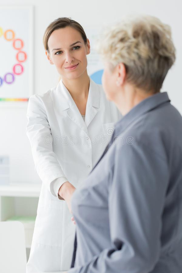 Patient remerciant le diététicien de sourire photo stock