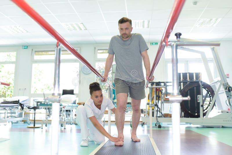 Patient som gör sjukgymnastik arkivbilder