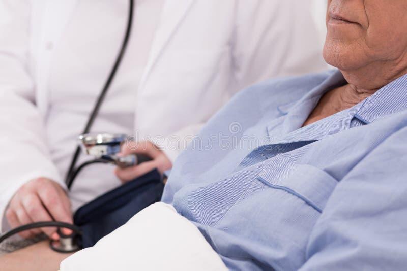 Patient som har blodtryck att mätas royaltyfri foto
