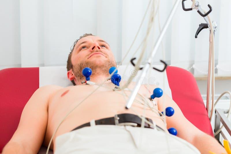Patient som har ECG i kirurgi arkivfoto