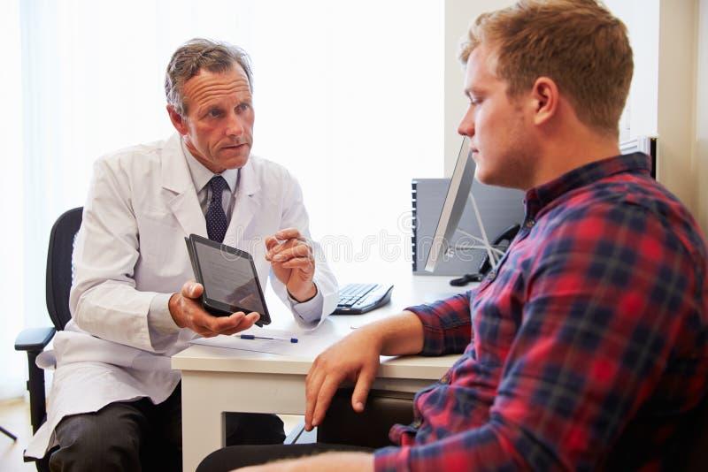 Patient som har konsultation med manlig doktor In Office arkivfoton