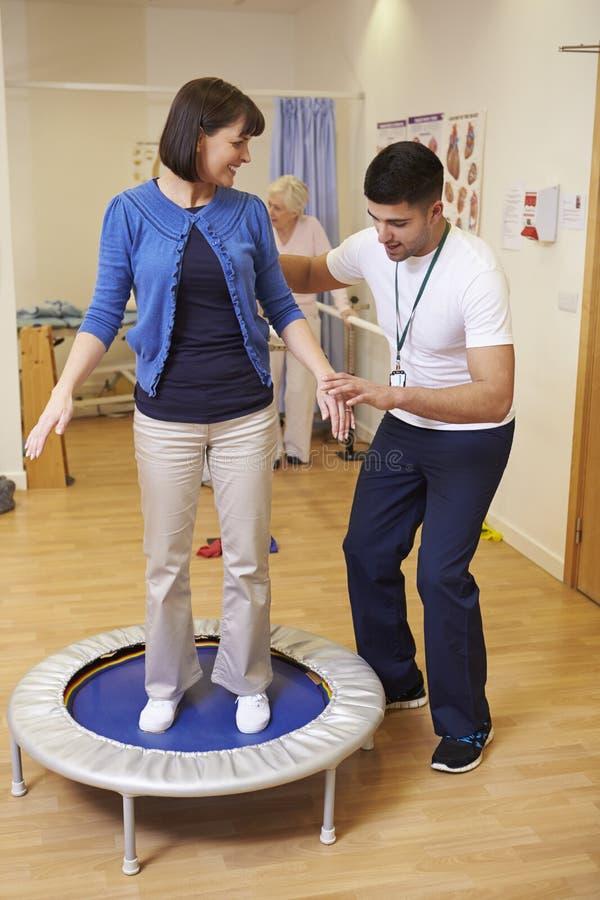 Patient som har sjukgymnastik på motionscykelen i sjukhus royaltyfria bilder