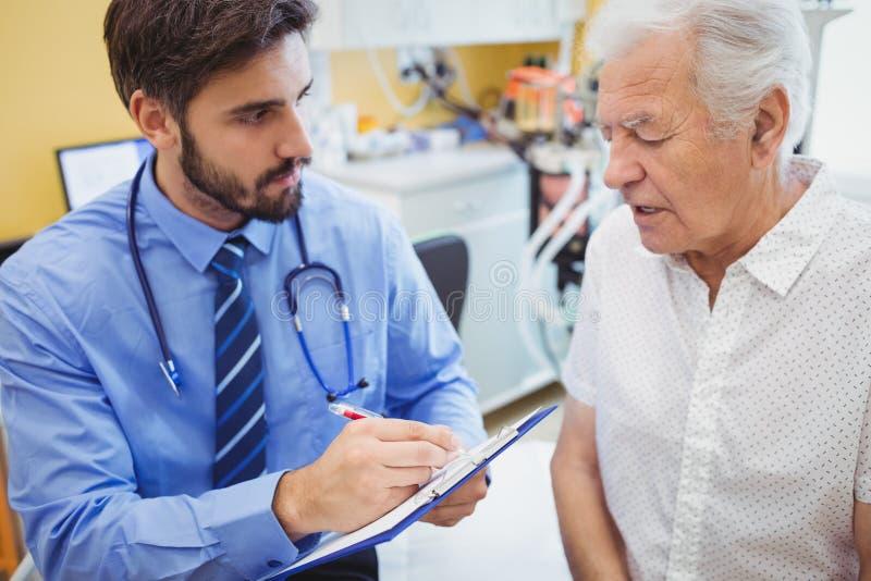 Patient som konsulterar en doktor fotografering för bildbyråer
