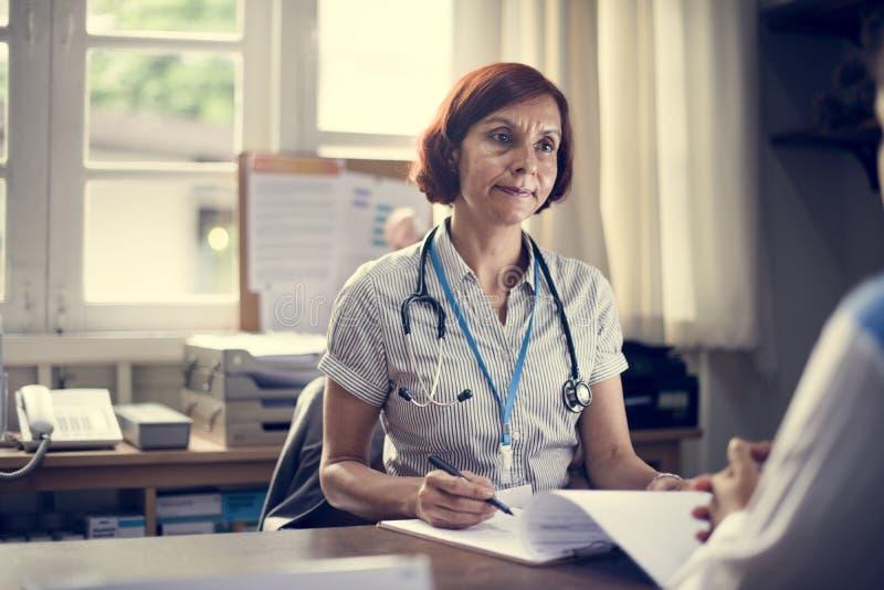 Patient som möter en doktor i klinik royaltyfri fotografi