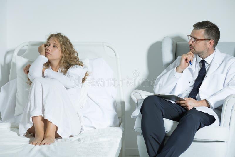 Patient som talar med en psykiater arkivbild