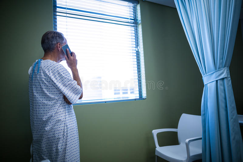 Patient som talar på mobiltelefonen arkivbild