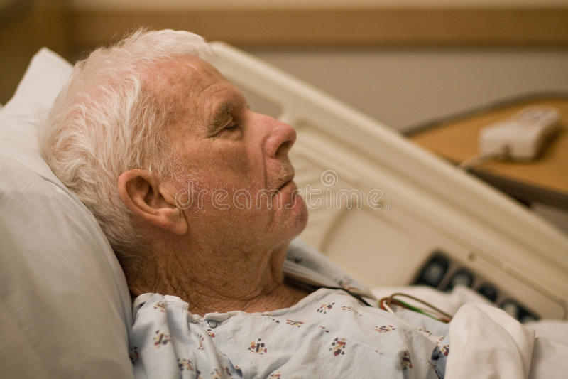 patient sova för gammalare sjukhus arkivbilder