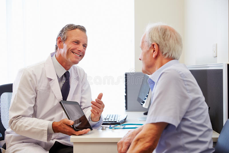 Patient supérieur ayant la consultation avec docteur In Office image libre de droits