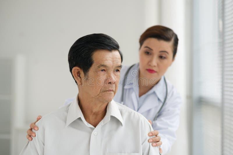 Patient supérieur triste photographie stock libre de droits
