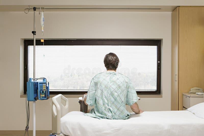 Patient sur un égouttement image stock