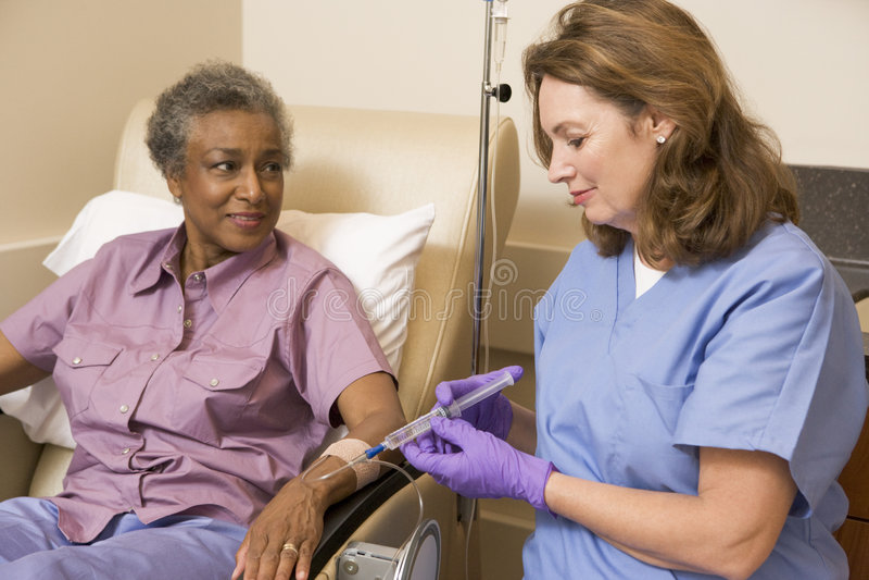 patient traetment för kemoterapi som genomgår royaltyfria bilder