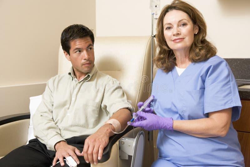 patient traetment för kemoterapi som genomgår royaltyfri bild