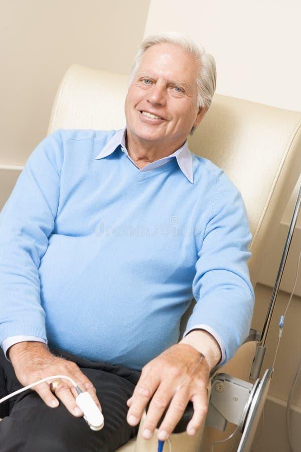 patient traetment för kemoterapi som genomgår arkivfoto