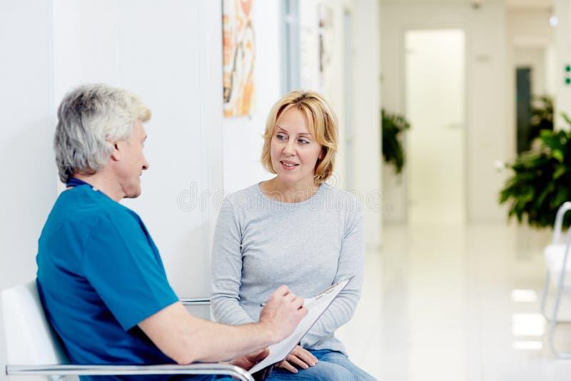 Patient und Chirurg stockbilder