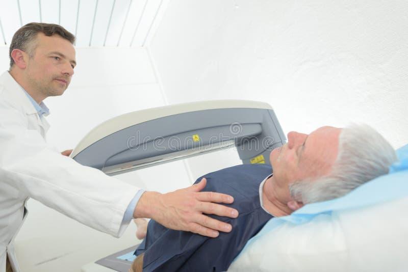 Patient und Doktor bereiten vor, um Scan zu tun stockfoto