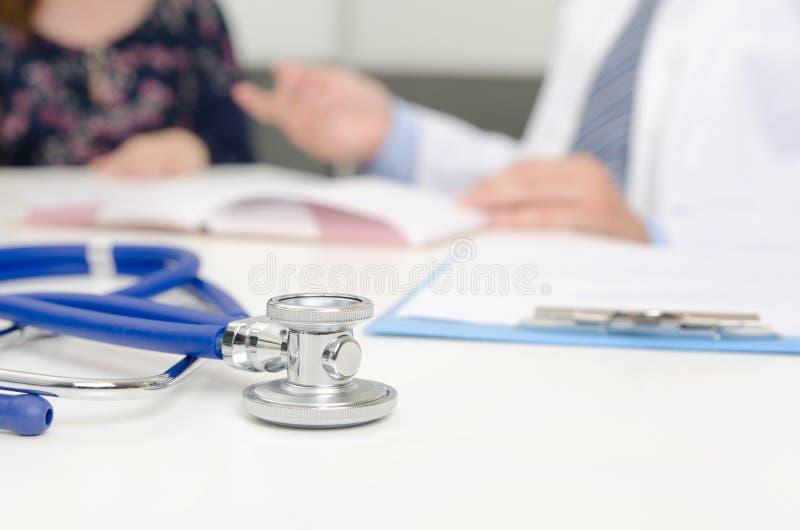 Patient und Doktor im Büro lizenzfreie stockfotografie