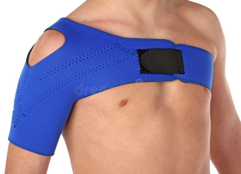 Patient utilisant un bandage d'épaule photo stock