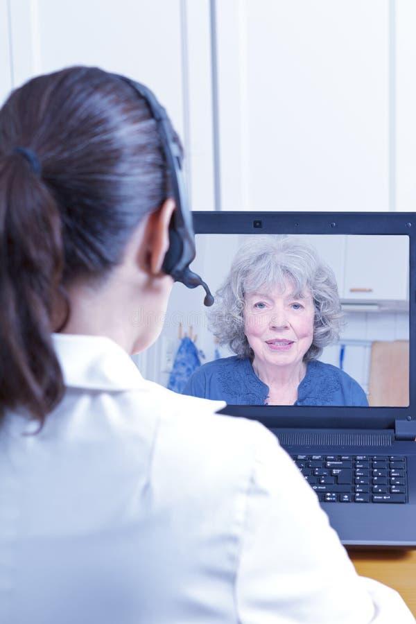 Patient visuel d'appel de gériatrie de docteur photo stock