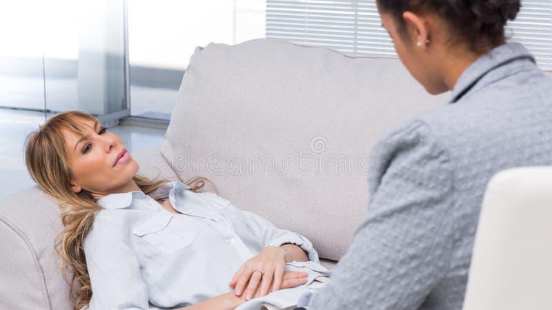 Patient, welche ihren Problemen sagt stockbilder