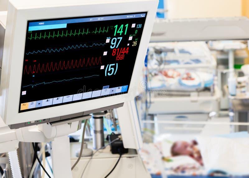 Patientbildskärm i neonatal ICU arkivbilder