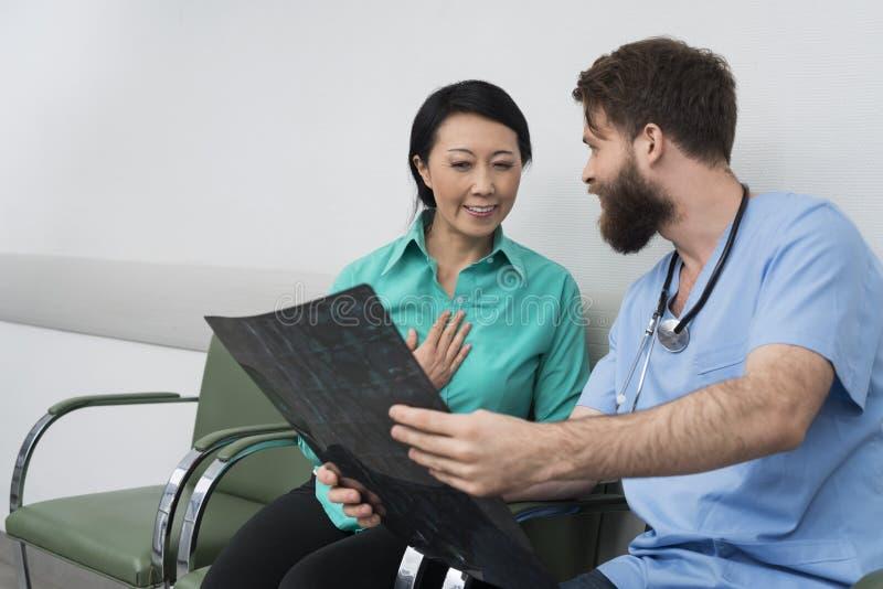 Patiente de femelle de docteur Showing X-ray To Happy images stock