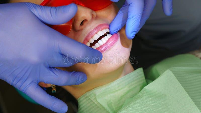 Patiente de fille dans la clinique dentaire photos stock