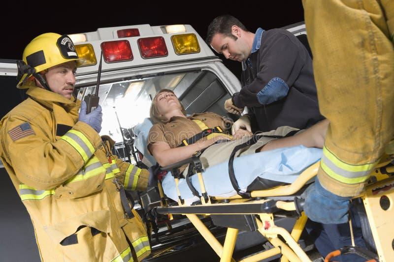 Patiente de transport de personnes sur la civière dans l'ambulance photographie stock libre de droits