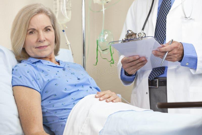 Patiente féminine aînée de femme dans le bâti d'hôpital image libre de droits
