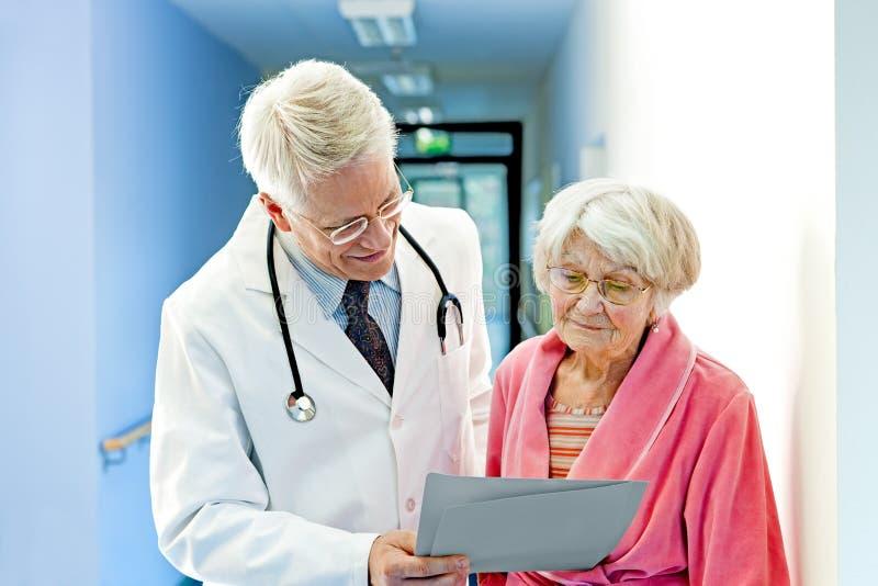 Patienten-Ergebnisse Doktor-Shows Female Elderly lizenzfreies stockbild