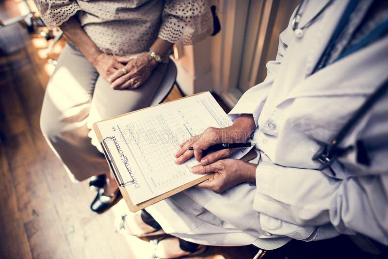 Patienten möter en doktor fotografering för bildbyråer