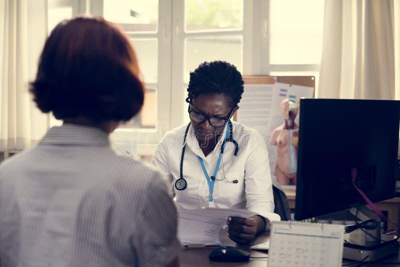 Patienten möter en doktor royaltyfria bilder