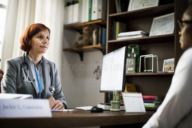 Patienten möter ett doktorssjukhus arkivfoton