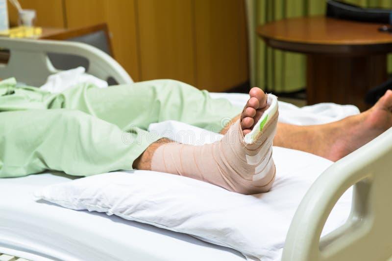 Patienten med benbrottet i ensemble och förbinder arkivbilder