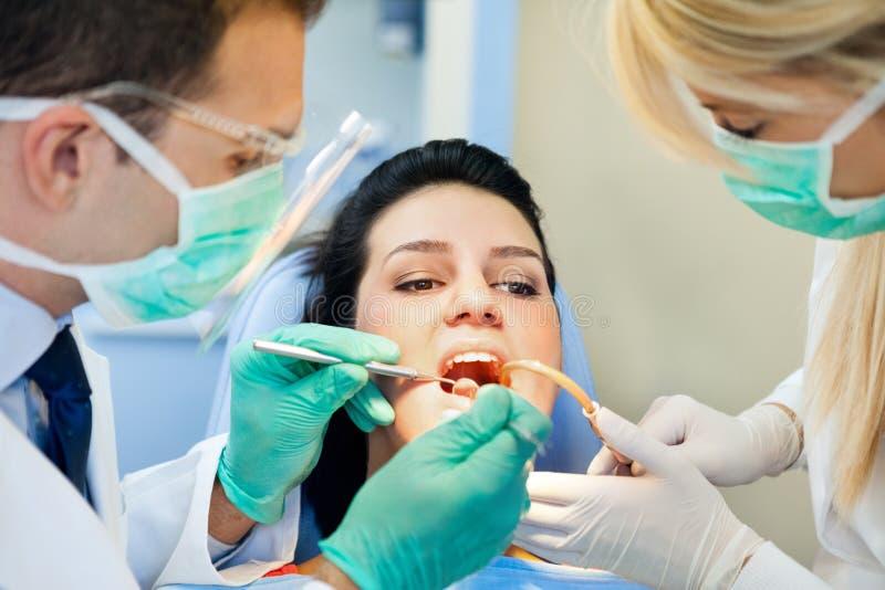 Patienten mottar en injektion på tandläkaren arkivbilder