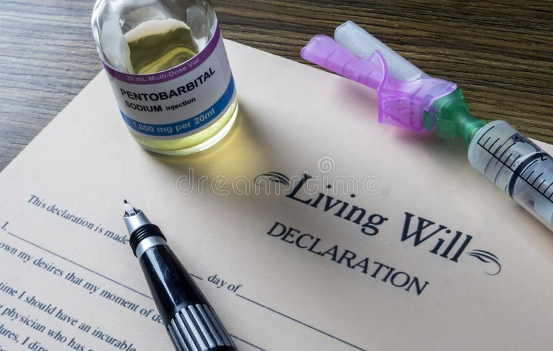 Patientenverfügungserklärungsform nahe bei einer Phiole Pentobarbitalnatrium, zum zur Euthanasie überzugehen stockfotos
