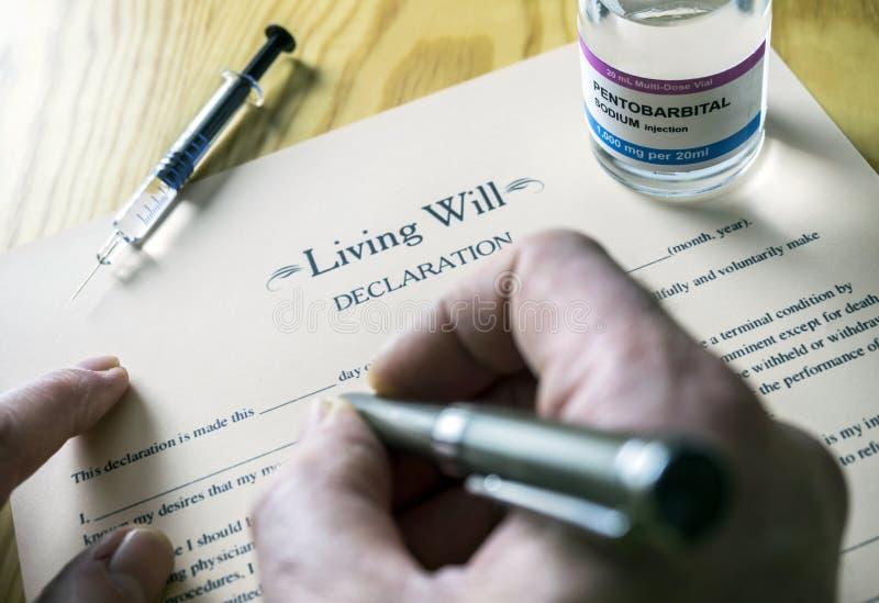 Patientenverfügungserklärungsform nahe bei einer Phiole Pentobarbitalnatrium, zum zur Euthanasie überzugehen stockfoto