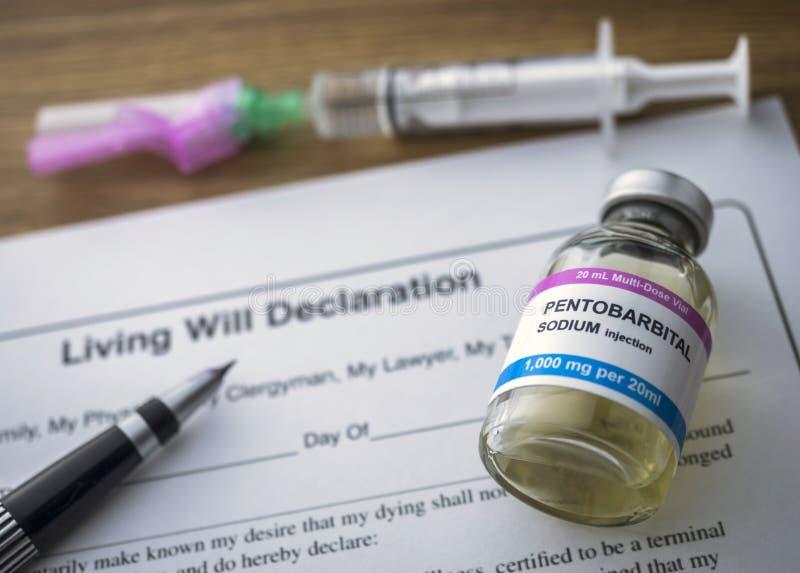 Patientenverfügungserklärungsform nahe bei einer Phiole Pentobarbitalnatrium, zum zur Euthanasie überzugehen lizenzfreie stockfotografie