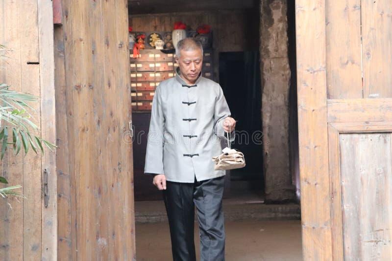 Patienter i dörröppningen av det moderna museet för kinesisk medicin arkivbild