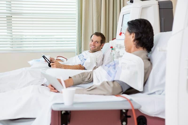 Patienter som genomgår dialysbehandling i sjukhus arkivbild
