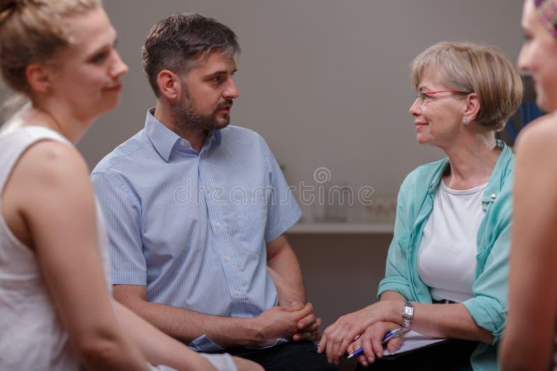 Patienter som talar med psykologen royaltyfri fotografi