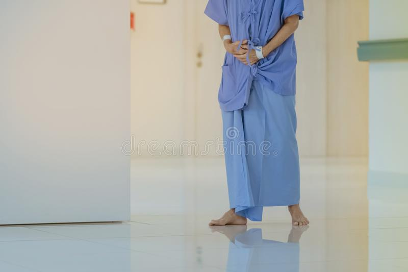 Patients féminins d'appareil urinaire marchant pour seul l'exercice et le repos images libres de droits