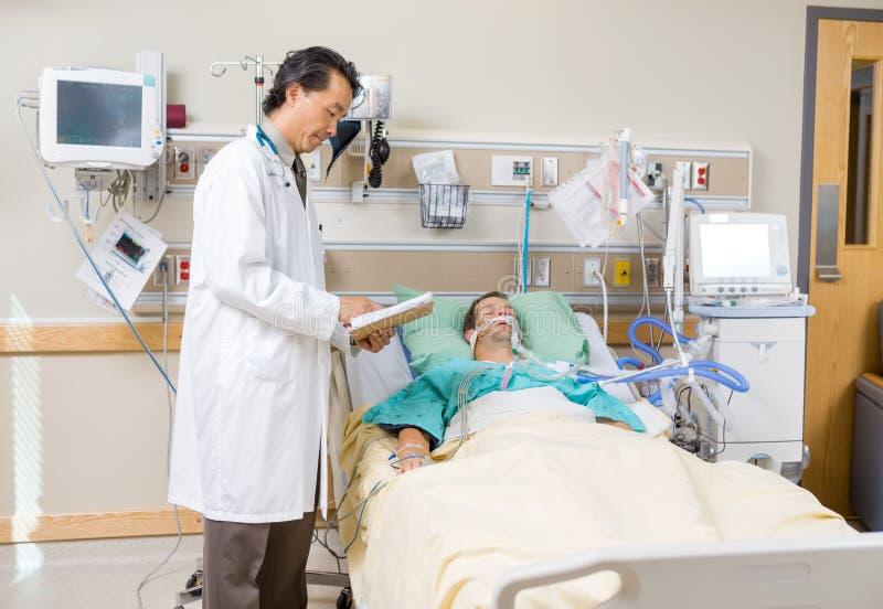 Patients för doktor With Clipboard Examining rapport royaltyfria foton