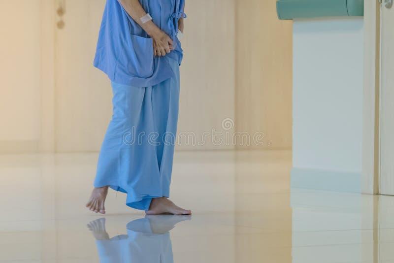 Patients f?minins d'appareil urinaire marchant pour seul l'exercice et le repos photos stock