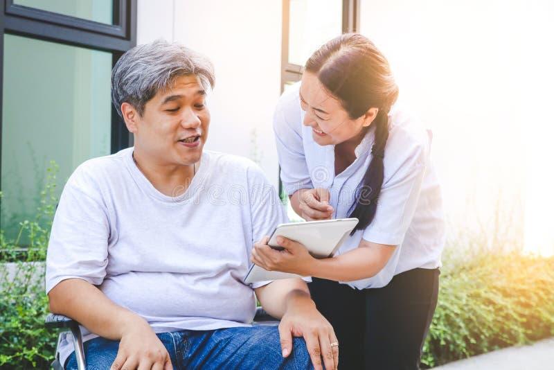 Patients pluss âgé s'asseyant sur un fauteuil roulant photos stock