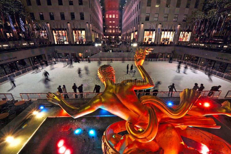 Patim de gelo dos povos na arena mais baixa famosa da patinagem no gelo da plaza de imagem de stock royalty free