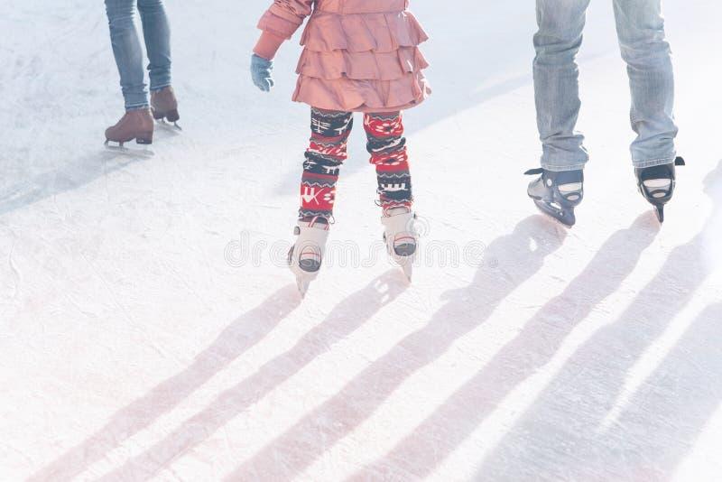 Patim do pai e da filha na pista durante os feriados de inverno fotos de stock